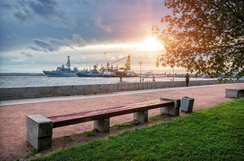 Schepen op het water bij de pijler in Kronstadt stock fotografie