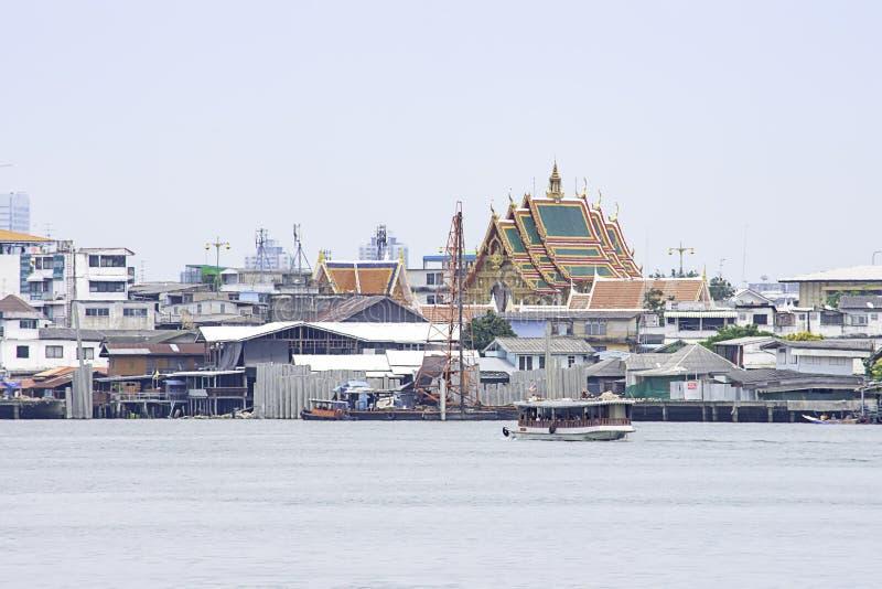 Schepen in van Achtergrond Chao Phraya River en cityscape hemel en wolken die in Pak Kret in Nonthaburi, Thailand kruisen 16 apri stock afbeelding