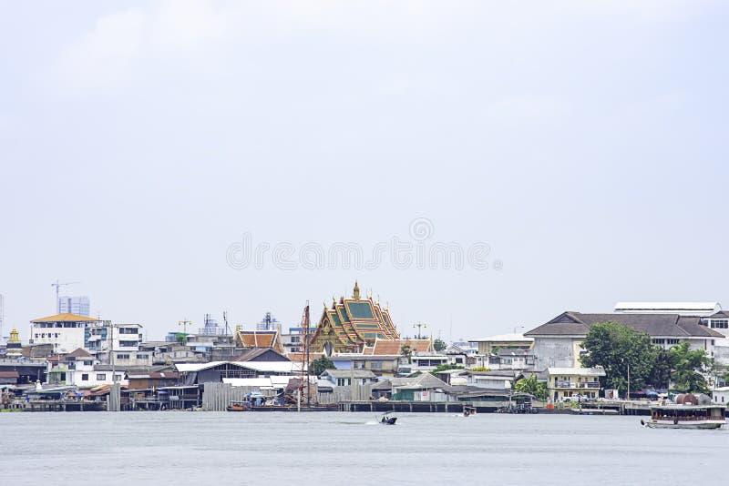 Schepen in van Achtergrond Chao Phraya River en cityscape hemel en wolken die in Pak Kret in Nonthaburi, Thailand kruisen 16 apri royalty-vrije stock afbeelding
