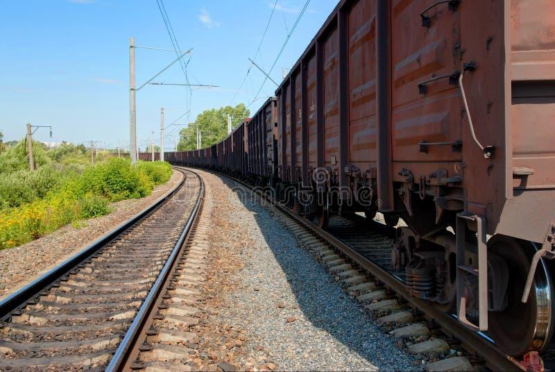 SCHERBINKA, MOSKWA, LIPIEC, 19, 2007: Perspektywiczny widok na kolejowym pociągu towarowego brązu gondoli frachtowych samochodów  zdjęcie royalty free
