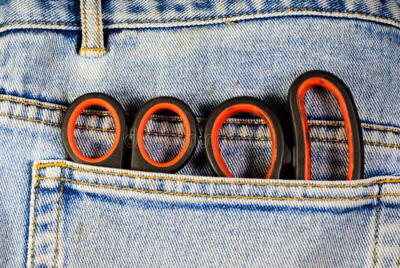 Scheren in einer Tasche der Jeans stockfotografie