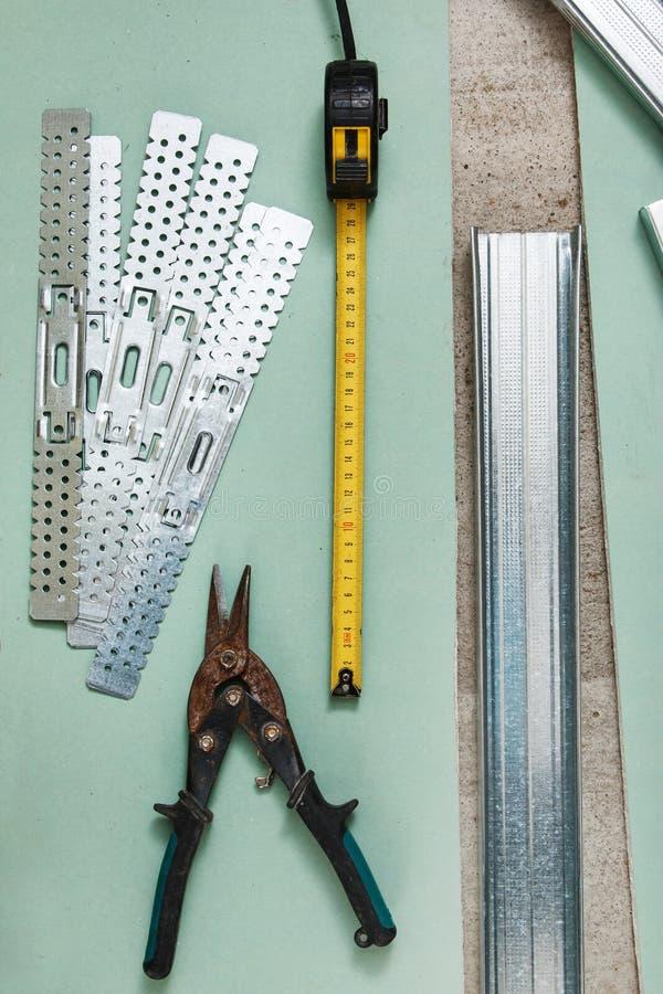 Scheren für Metall und Maßband stockbild