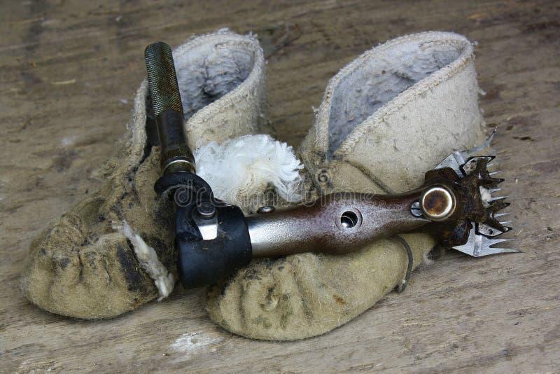 Scherend handpiece, mocassins en wol. royalty-vrije stock afbeeldingen