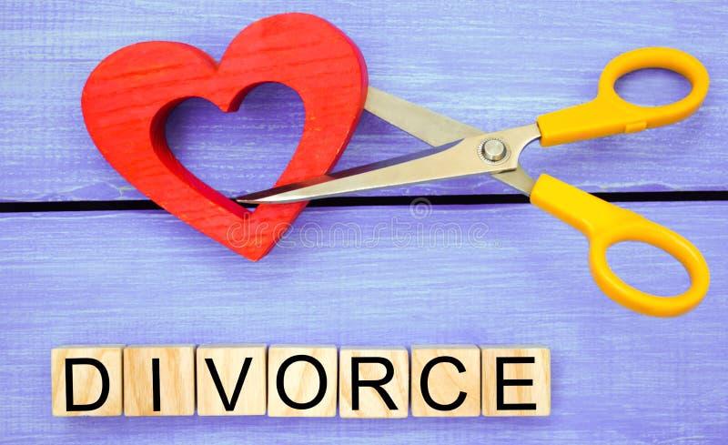 Scherenschnittherz das Aufschrift ` Scheidung ` das Konzept des Brechens von Beziehungen, Streite Verrat, Verrat Annullierung von stockfotos