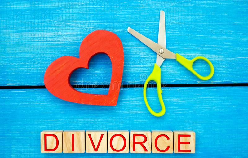 Scherenschnittherz das Aufschrift ` Scheidung ` das Konzept des Brechens von Beziehungen, Streite Verrat, Verrat Annullierung von lizenzfreies stockfoto