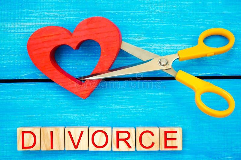 Scherenschnittherz das Aufschrift ` Scheidung ` das Konzept des Brechens von Beziehungen, Streite Verrat, Verrat Annullierung von lizenzfreie stockfotos