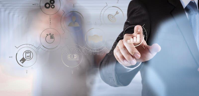 scherm van de de computeraanraking van het zakenmansucces het werkende met zijn team royalty-vrije stock fotografie