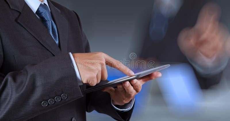 Scherm van de de computeraanraking van het zakenmansucces het werkende stock foto