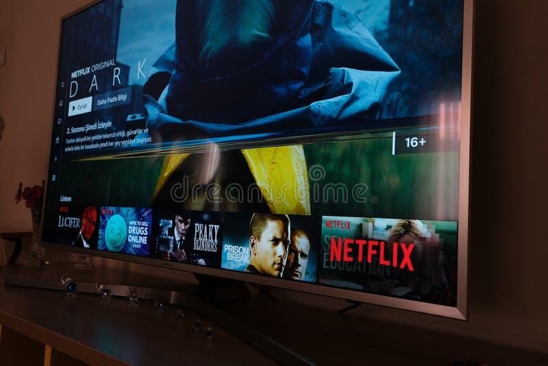 Scherm van de Netflix het DONKERE televisie met populaire reekskeus movies royalty-vrije stock foto's