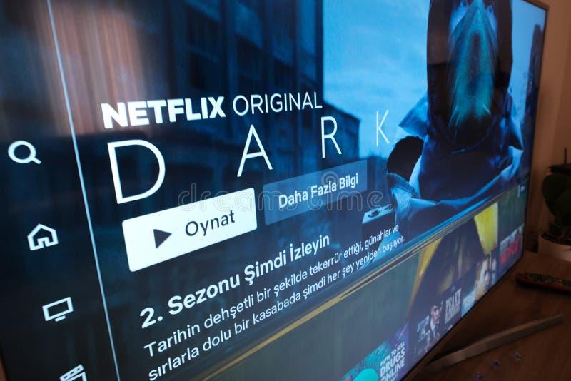 Scherm van de Netflix het DONKERE televisie met populaire reekskeus movies royalty-vrije stock afbeeldingen
