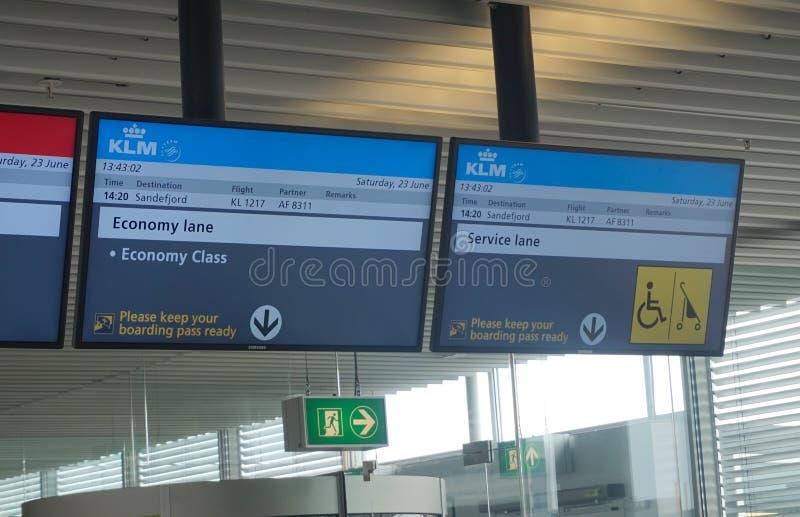 Schermi di informazioni di partenza all'aeroporto di Amsterdam Schiphol nei Paesi Bassi fotografia stock