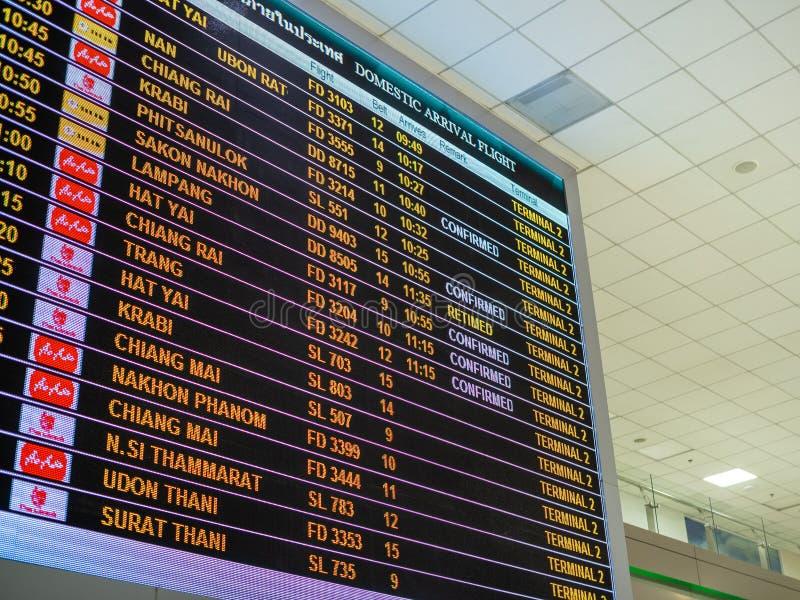 Schermi di monitor d'imbarco di tempo in aeroporto fotografia stock libera da diritti
