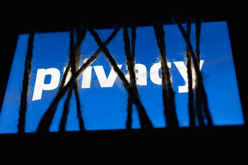 Schermo blu d'ardore con il ` bianco di segretezza del ` del testo Concetto del regolamento generale di protezione dei dati fotografie stock