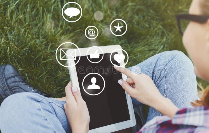 Schermo della compressa di contatto della donna con le icone virtuali immagini stock libere da diritti