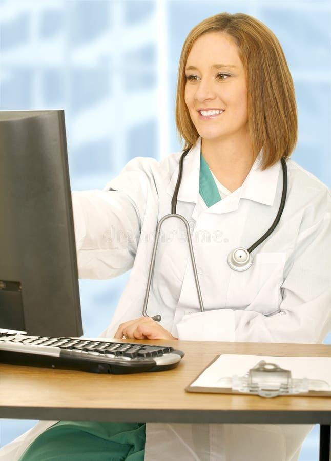 Schermo di computer del dottore Woman Analyse fotografie stock libere da diritti