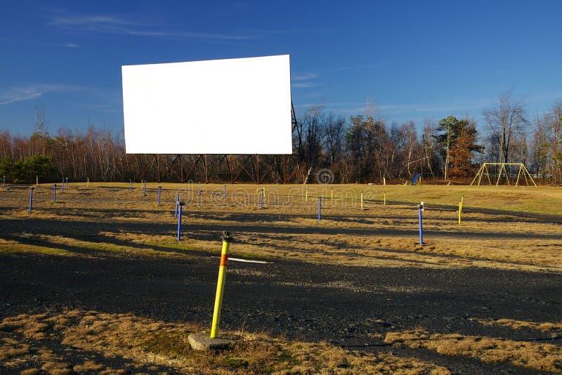 Schermo di film in bianco del drive-in fotografia stock libera da diritti