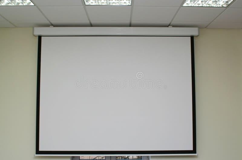 Schermo di proiezione nella sala del consiglio immagini stock libere da diritti