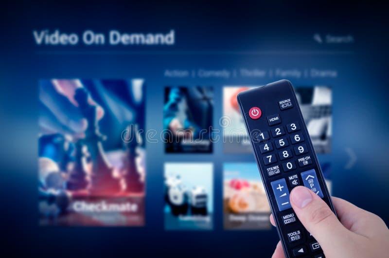 Schermo di servizio di VOD con telecomando a disposizione immagini stock libere da diritti
