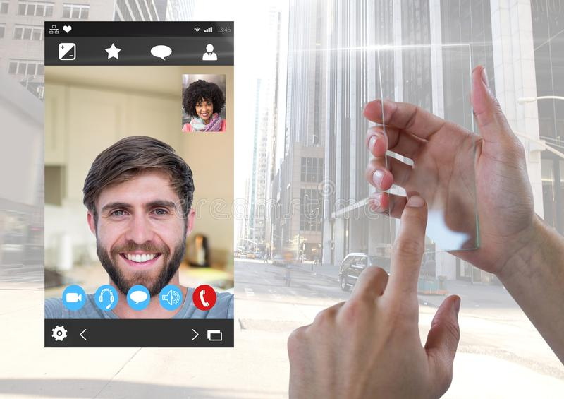 Schermo di vetro commovente della mano con la video interfaccia sociale di App di chiacchierata immagini stock libere da diritti