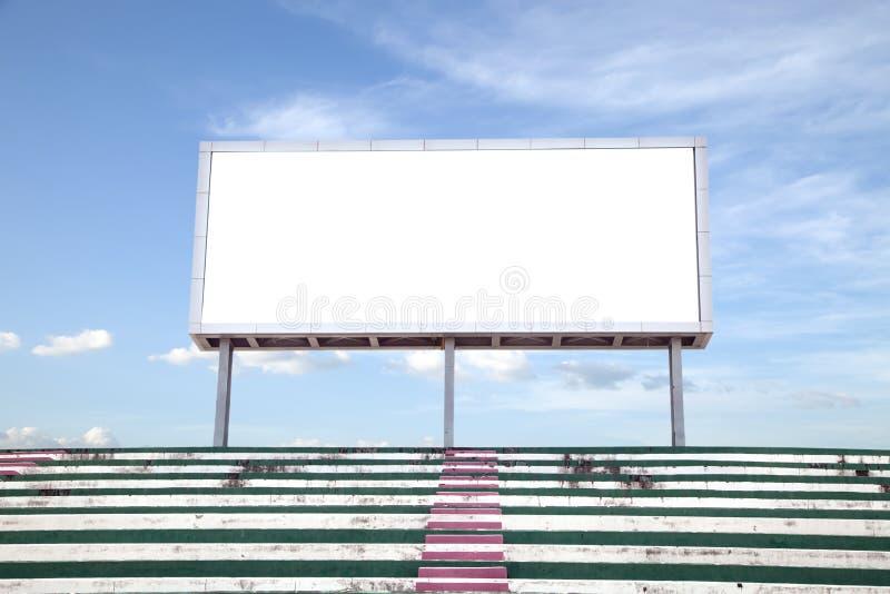 Schermo digitale bianco vuoto del tabellone per le affissioni per la pubblicità nello stadio immagini stock libere da diritti
