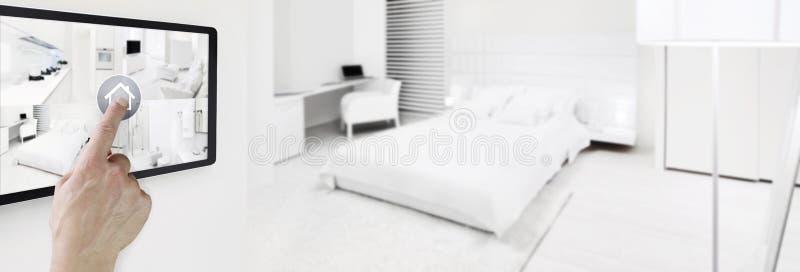 Schermo digitale della compressa di automazione della casa di tocco astuto della mano con symb fotografie stock