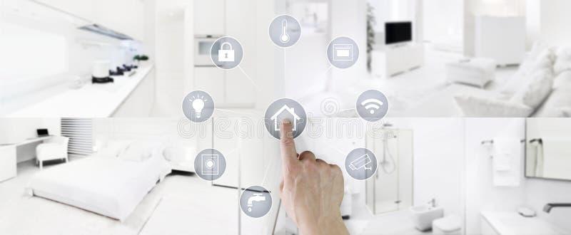 Schermo domestico astuto delle icone di tocco della mano di concetto di controllo con gli interni, il salone, la cucina, la camer fotografie stock libere da diritti
