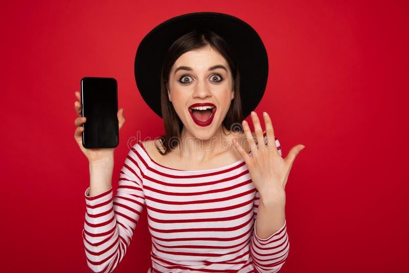Schermo emozionante di rappresentazione della ragazza del telefono cellulare immagini stock