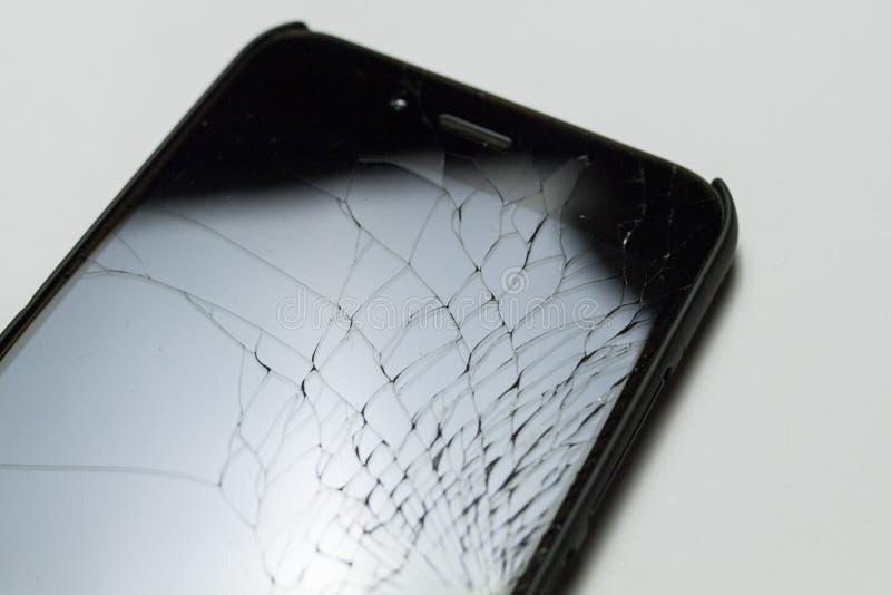 Schermo LCD casualmente incrinato e nocivo dello smartphone isolato su fondo bianco fotografie stock libere da diritti