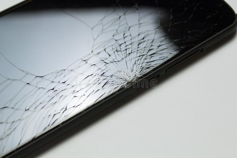 Schermo LCD casualmente incrinato e nocivo dello smartphone isolato su fondo bianco fotografia stock libera da diritti