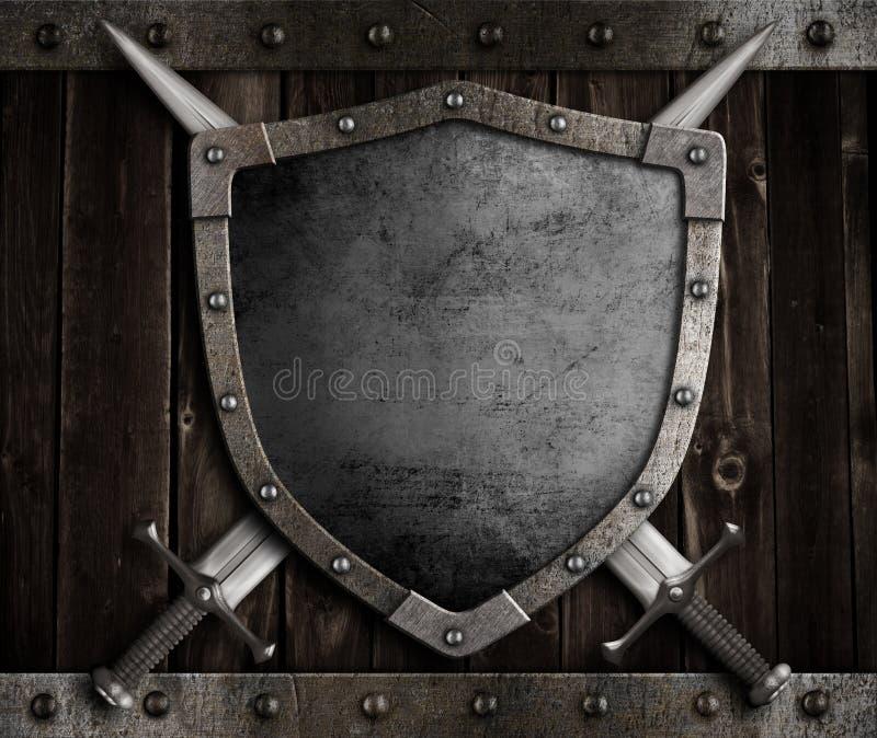 Schermo medievale del cavaliere e spade attraversate sopra fotografia stock