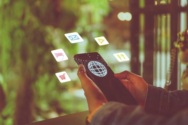 Schermo misto delle icone di vacanza di viaggio sulla mano della donna facendo uso dello smartphone da progettare per il fine set fotografia stock libera da diritti