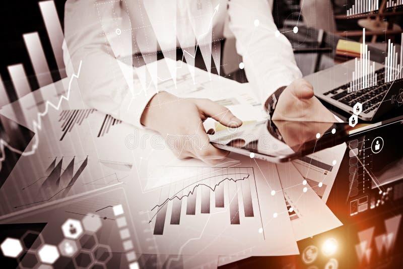 Schermo moderno commovente della compressa dell'uomo della foto Responsabile del commerciante che lavora il nuovo ufficio privato fotografie stock