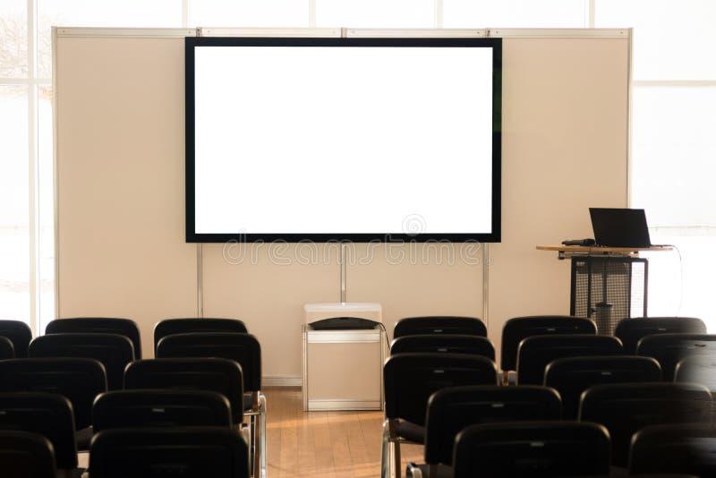Schermo vuoto nell'auditorium, sala riunioni, sala del consiglio, aula, ufficio immagine stock libera da diritti