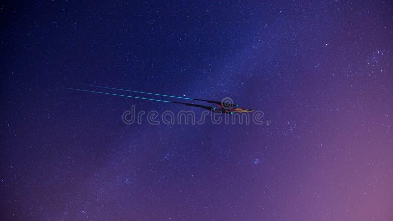 Schermo Wallpaprer dell'immagine romanzata di scienza di uno starship dello spazio profondo e della Via Lattea sui precedenti royalty illustrazione gratis