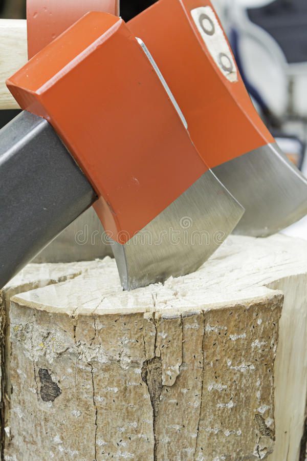 Scherp brandhout met bijl royalty-vrije stock afbeelding