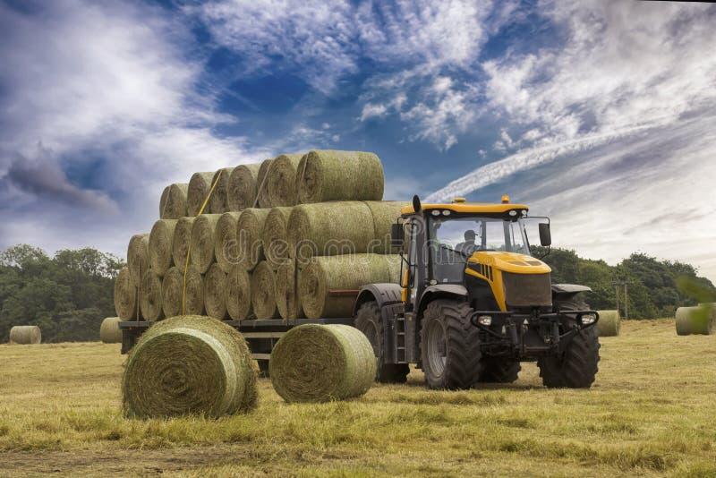 Scherp hooi de tractor stock foto's
