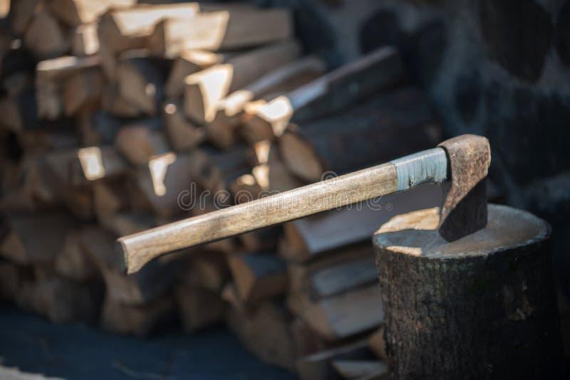 Scherp hout met bijl, hout voor de winter royalty-vrije stock afbeeldingen