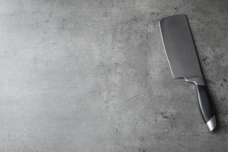 Scherp mes en ruimte voor tekst op grijze achtergrond royalty-vrije stock afbeeldingen