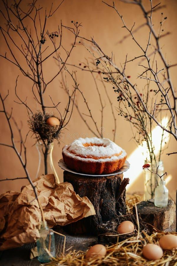 Scherp met aardbeien en slagroom met muntweiland dat worden verfraaid royalty-vrije stock foto's