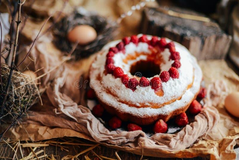 Scherp met aardbeien en slagroom met muntweiland dat worden verfraaid stock fotografie