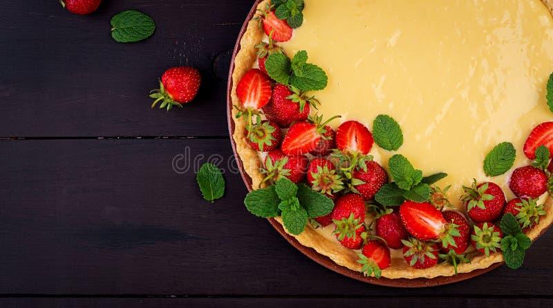 Scherp met aardbeien en slagroom met muntbladeren dat worden verfraaid stock afbeeldingen