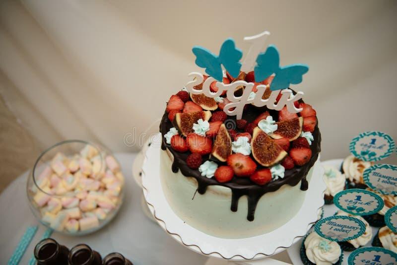 Scherp met aardbeien en slagroom verfraaide muntbladeren Hoogste mening stock fotografie