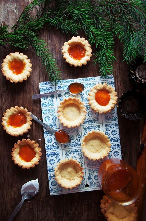 Scherp met citroengestremde melk en verse bosbes, hoogste mening Scherp dessert stock foto