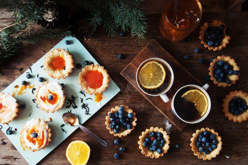 Scherp met citroengestremde melk en verse bosbes, hoogste mening Scherp dessert stock fotografie