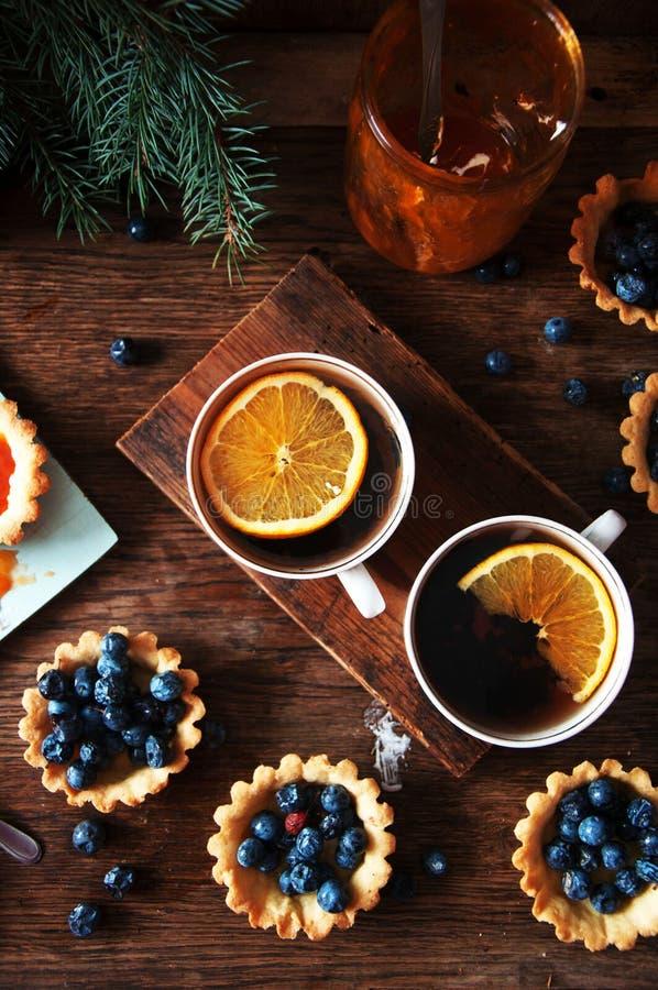 Scherp met citroengestremde melk en verse bosbes, hoogste mening Scherp dessert stock afbeelding