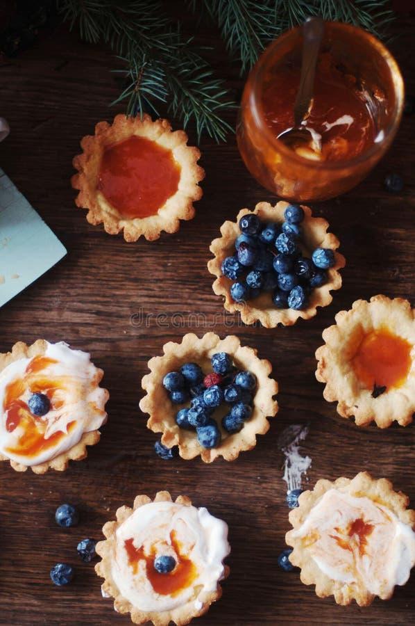 Scherp met citroengestremde melk en verse bosbes, hoogste mening Scherp dessert stock foto's