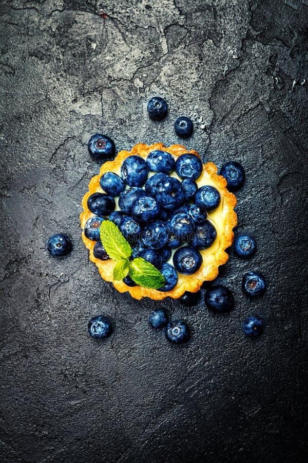 Scherp met citroenroom en verse bessen stock afbeelding
