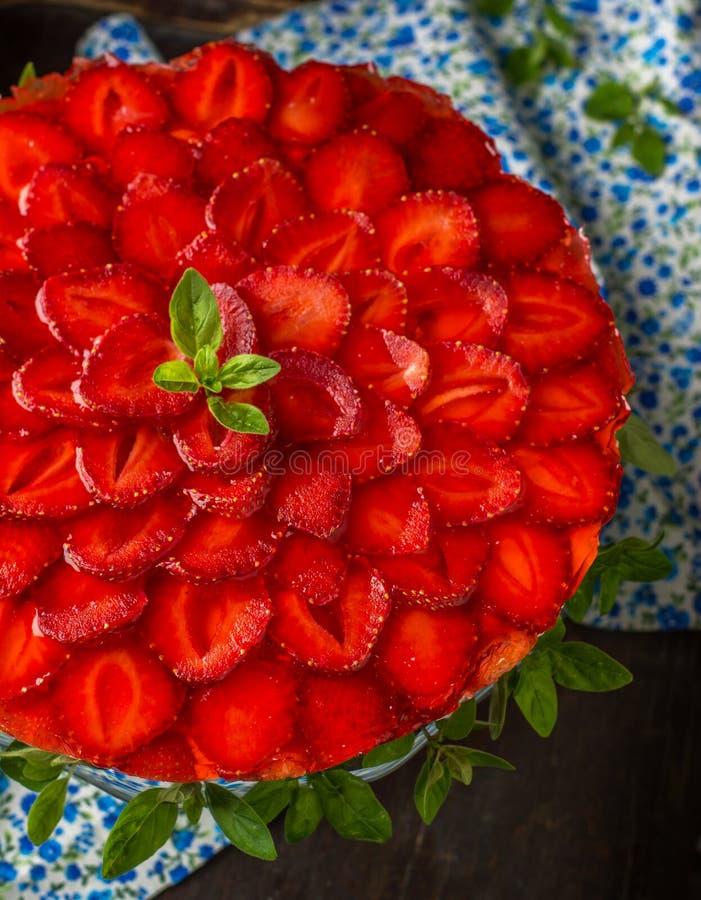 Scherp met verfraaide aardbeien en slagroom royalty-vrije stock afbeelding