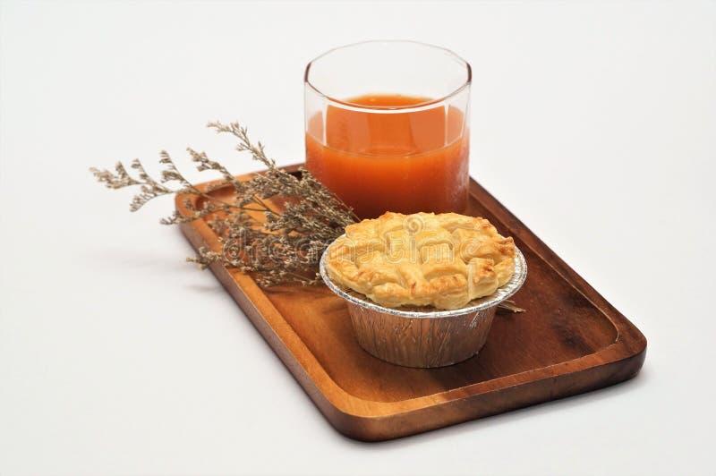 Scherp & Pastei, Eigengemaakte Gebakken, Verse Maaltijd, scherp of zuur in smaak een gebakken schotel van fruit, of vlees en groe stock foto's