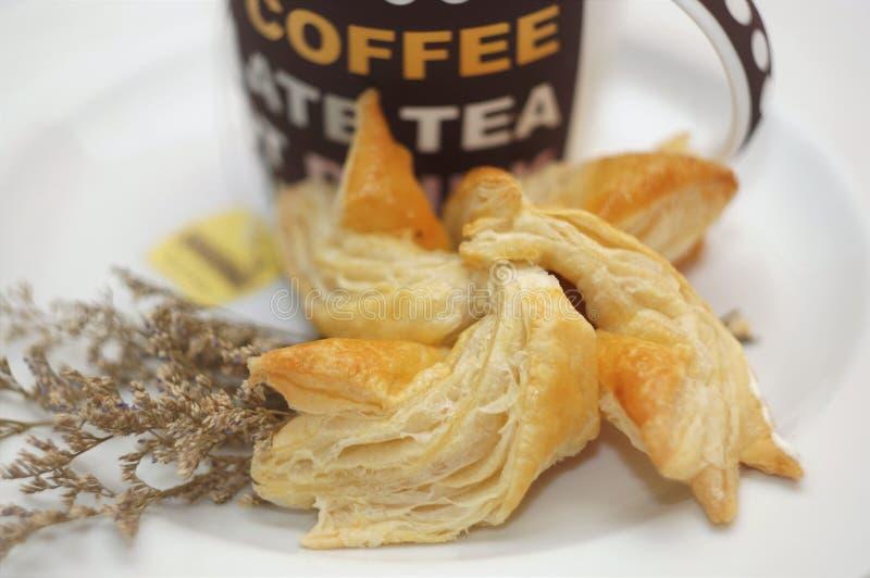 Scherp & Pastei, Eigengemaakte Gebakken, Verse Maaltijd, scherp of zuur in smaak een gebakken schotel van fruit, of vlees en groe stock afbeeldingen